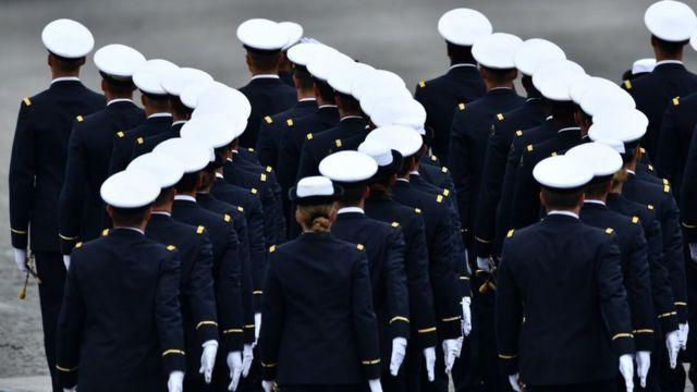 soldados em parada militar em paris em 2019