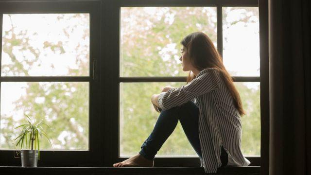 自我隔離是指留在家中,除了運動之外不外出;在這段時間不去工作,不上學,不去公共場所。