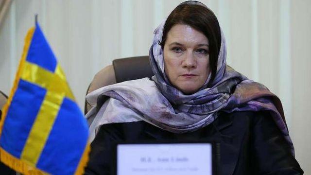 Министр Анн Линде в платке