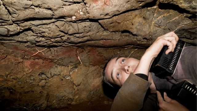 Genevieve von Petzinger medindo traços em uma caverna