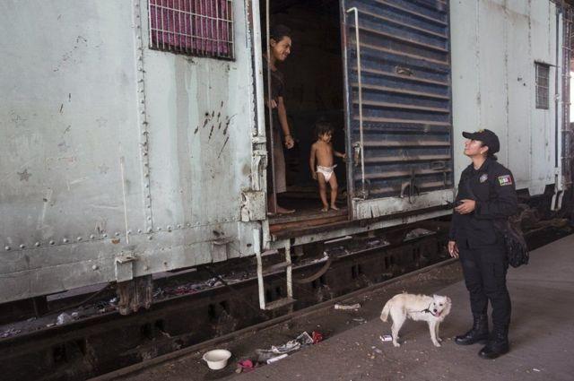 रेल के पुराने डिब्बे में रह रहे परिवार से मिलतीं सार्जेंट कंचीटा लोपेज़