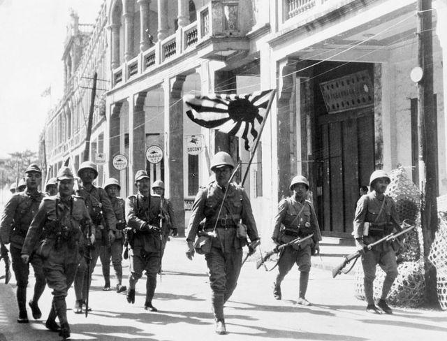 Exército japonês em 1939 com a bandeira do Sol Nascente