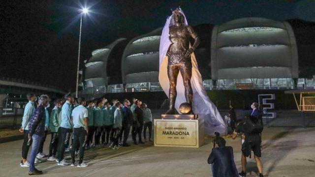 """Argentina vs Chile: Saludo a la estatua de Messi Diego Maradona"""