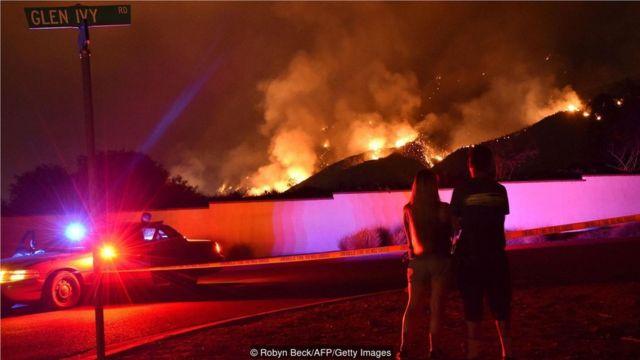 """2018年8月,美國加州發生的大火被稱為""""聖火"""",圖為現場的圍觀者。"""
