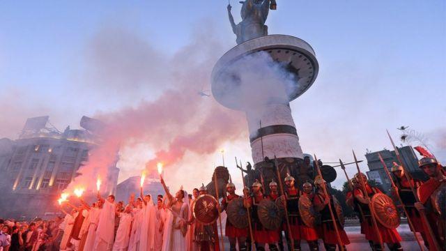 """Македонцы перед статуей """"Воин на коне"""", изображающей Александра Македонского"""