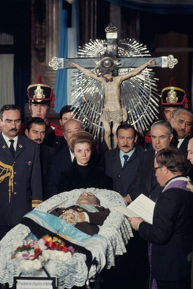 Isabel Perón junto al féretro de Juan Domingo en 1974.