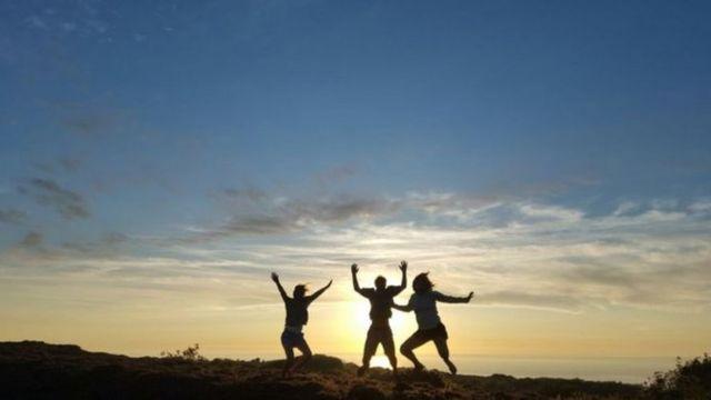 3 amigos saltando