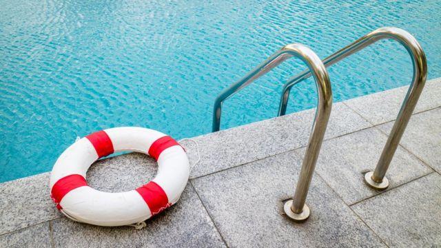 Boia e escada em piscina