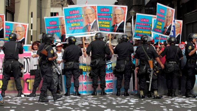 Seguidores de Kuczynski a la puerta del Congreso de Perú durante el pleno celebrado este jueves para votar su moción de destitución presentada por la oposición.