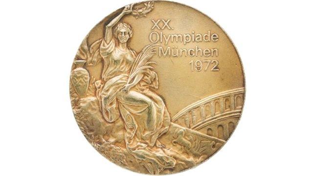 Korbut'un 1972'te kazandığı altın madalyalardan biri.