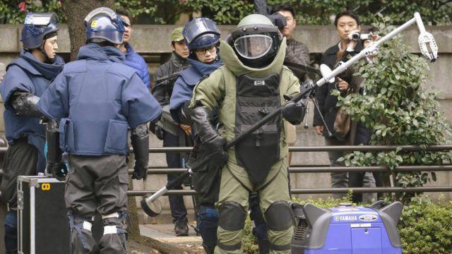 爆発音のあった現場へ向かう警視庁の爆発物処理班(11月23日)