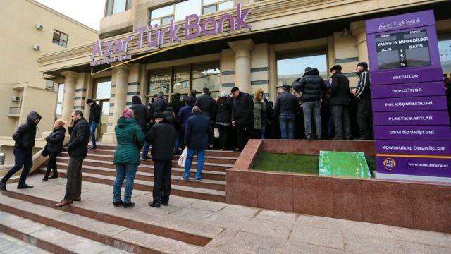 Очереди у банка в Азербайджане