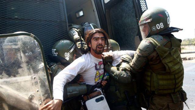 Jovem manifestante preso por forças militares.