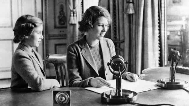 Princess Elizabeth den and Princess Margaret afta dia broadcast on Children Hour from Windsor Castle