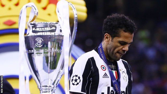 Dani Alves wakiniraga Juventus ku mukino wa nyuma wa Champions League muri 2017