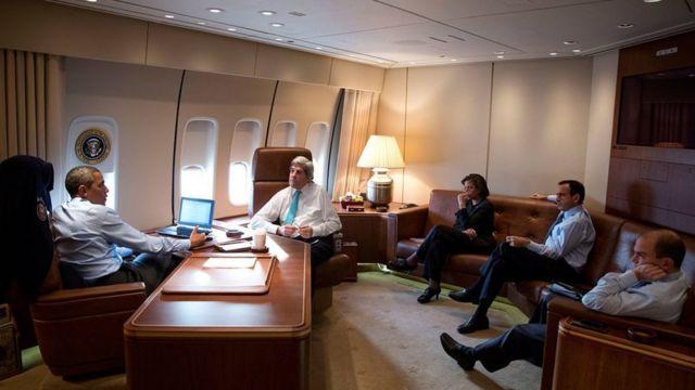 Madaxweynihii hore ee Mareykanka Obama oo ku sugan gudaha Airforce One