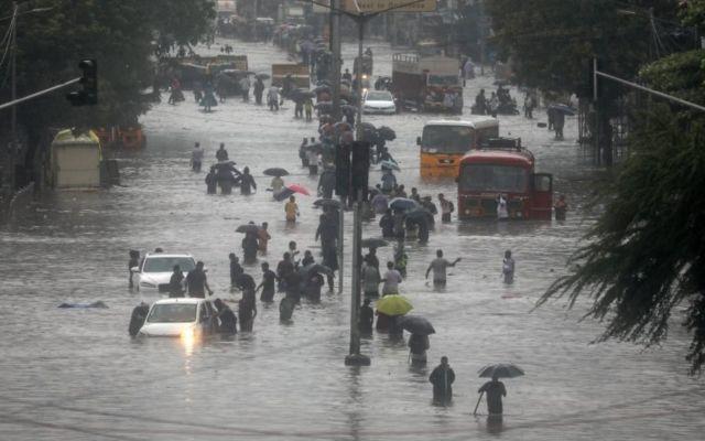 मुम्बईमा ठूलो वर्षा भएपछि पानी जम्न थालेको छ