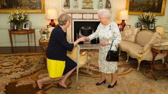 エリザベス女王から組閣の要請を受けるメイ氏