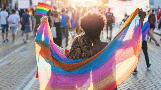 Gökkuşağı bayrağına sarılı iki kadın