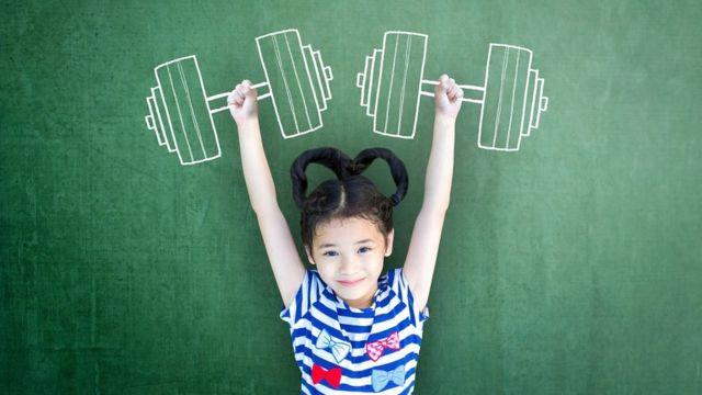 Devojčica drži nacrtane tegove