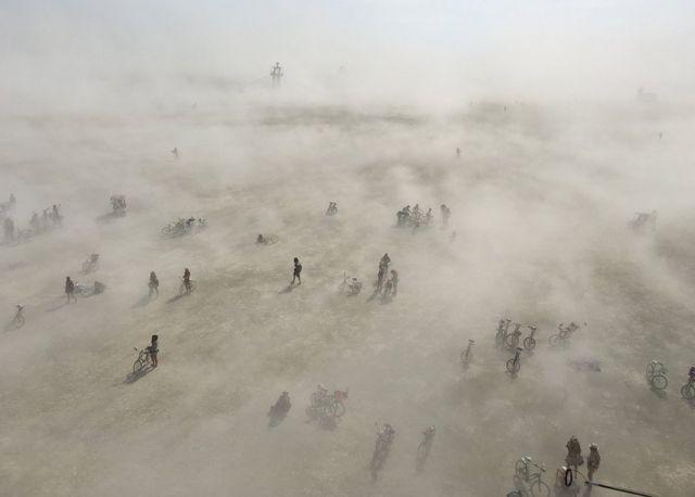 """أشخاص في صحراء، خلال مهرجان """"الرجل المحترق"""""""