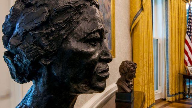 Los bustos de Rosa Parks y Abraham Lincoln en la oficina Oval de Biden.