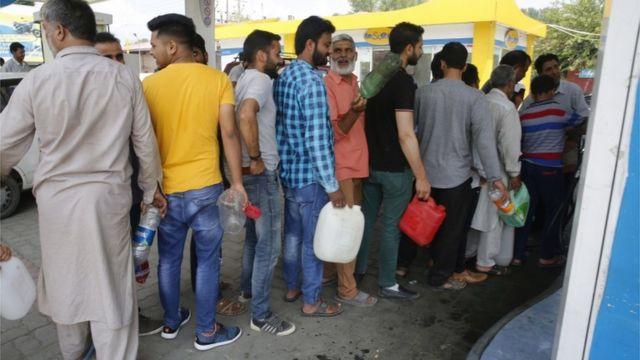 ایندھن کے لیے لمبی قطاریں ہیں