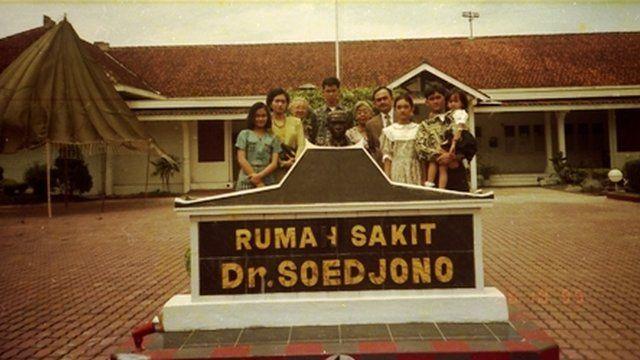 Sardjono Danarbi dan keluarga berpose di depan rumah sakit yang dinamai dengan nama almarhum ayahnya.