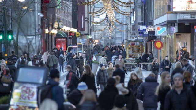 Стокгольм накануне Рождества-2020: на улице толпы людей, практически все - без масок