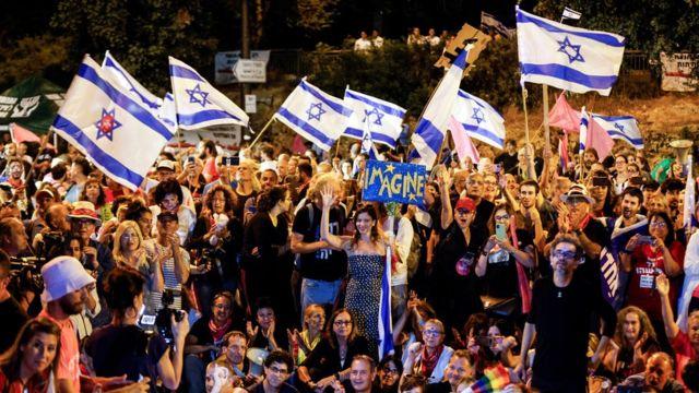 Anti-Netanyahu demonstrators outside parliament in Jerusalem for the vote (13 June)