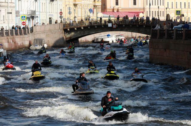 रुसको सेन्ट पीटर्सबर्गस्थित नहरमा विश्व पर्यटन दिवस मनाउने सिलसिलाको एक कार्यक्रम।