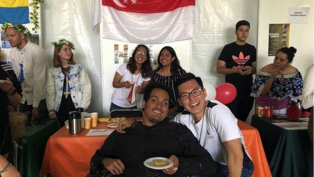 Eugene Cheow, farklı kültürlerden insanlarla iletişime geçmeyi sevdiğini söylüyor.