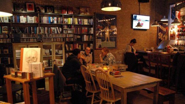 kafede oturan insanlar