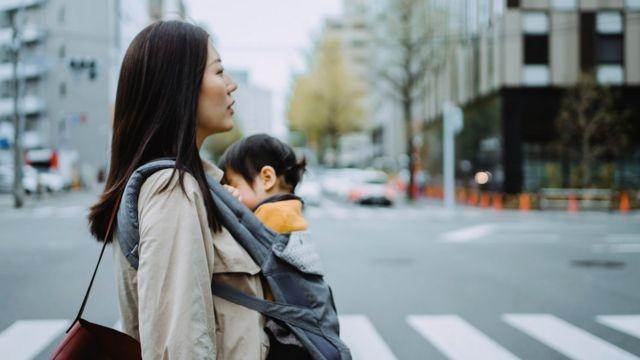 Mujer japonesa con su hijo.
