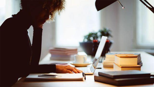 Una mujer trabajando en su escritorio