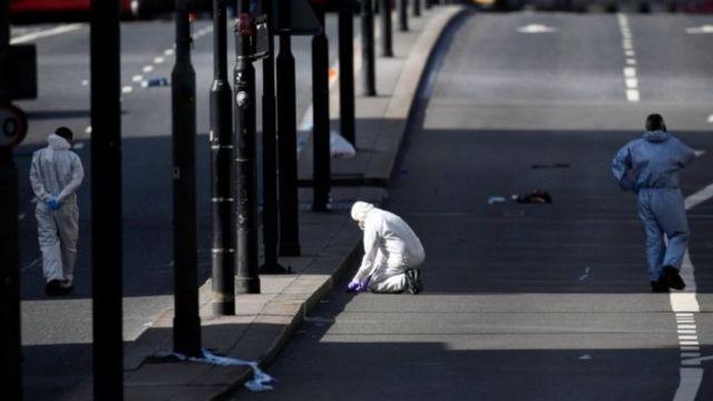 ตำรวจนิติเวชเข้าเก็บหลักฐานในที่เกิดเหตุ สะพานลอนดอนบริดจ์