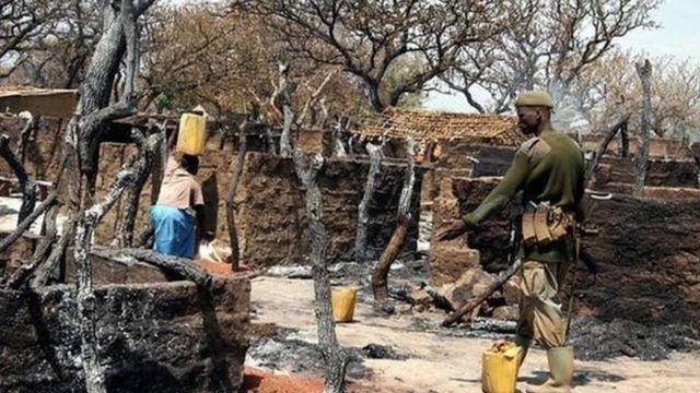 Patrouilles de soldats ougandais le 23 février 2004 dans le district de Lira, où plus de 200 personnes ont été tuées par les rebelles de l'Armée de Résistance du Seigneur (LRA) dans un des camps de déplacés internes
