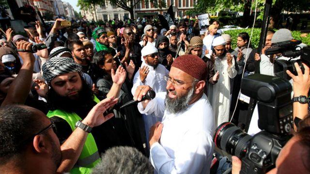 Anjem Choudary hablando a sus seguidores