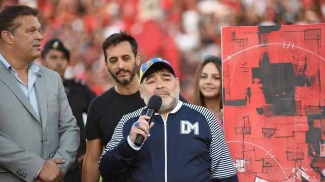 مارادونا پس از این که هدایای میزبان را گرفت، سخنرانی کرد