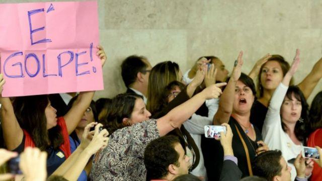 """Público con carteles de """"Es golpe"""" en el Congreso"""