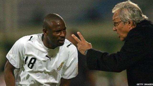 Yakubu Abubakar écoute les instructions de son entraineur Ratomir Dujkovic lors de la Coupe d'Afrique des nations en 2006