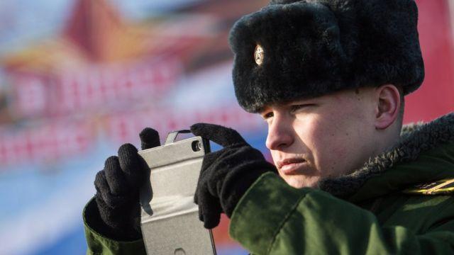 Военный с мобильником