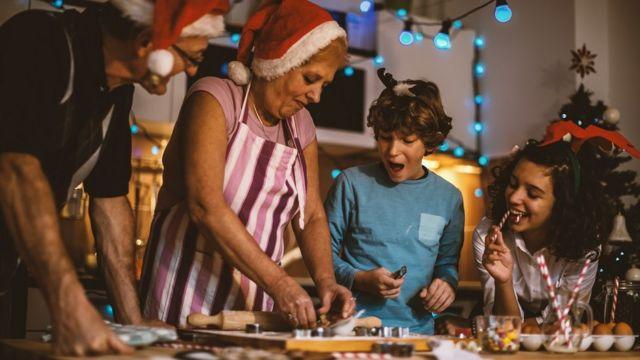 семья готовит выпечку