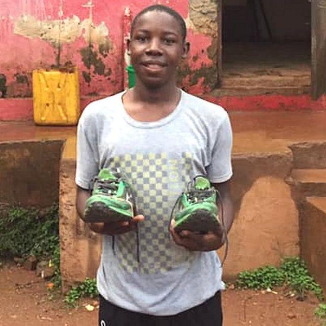 Anggota klub tinju menerima sepasang sepatu olahraga.