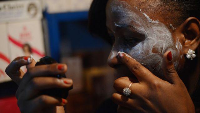 Beautician wey dey rub bleaching cream