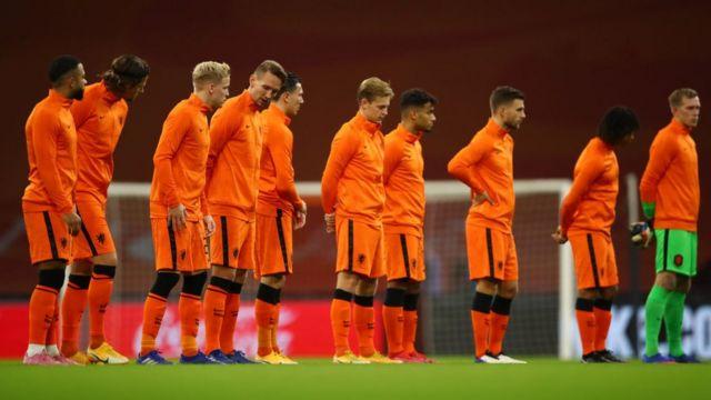 Hollanda'da hükümet, aşı kampanyasında Hollanda Milli Futbol Takımı oyuncularının da yer almasını istiyor; ancak altı futbolcunun aşı olmayı reddetmesi hayal kırıklığı yarattı