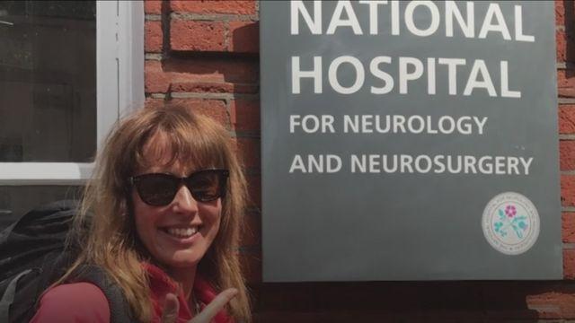 Lisa Upton frente al hospital donde se operó.