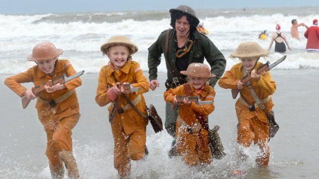 дети на пляже в Уэльсе