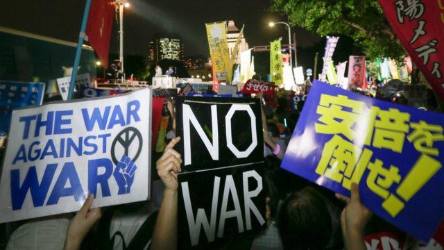 国会周辺で開かれた反対デモ(16日)