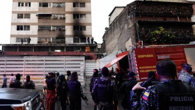 マドゥロ大統領が演説していた場所の近くには、黒焦げになった窓が見られる